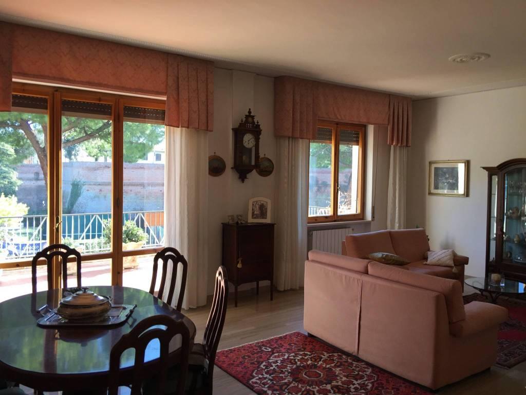 Appartamento in buone condizioni in vendita Rif. 9272003