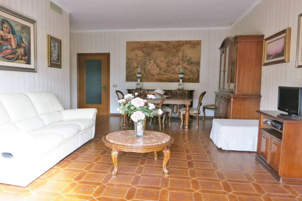 Appartamento in buone condizioni arredato in affitto Rif. 9271178
