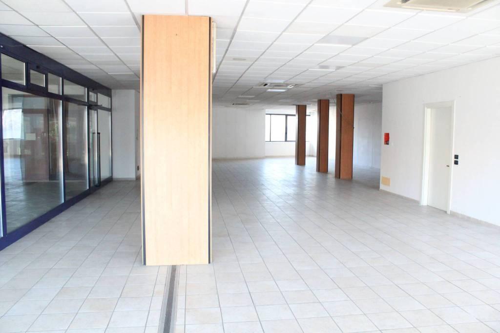 Negozio / Locale in affitto a Alba, 2 locali, prezzo € 1.200 | CambioCasa.it