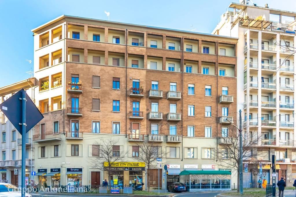 Immagine immobiliare Ampio e luminoso appartamento in affitto in Piazza Carducci In Piazza Carducci, nel quartiere Lingotto di Torino, affittiamo ampio e luminoso appartamento situato al 3° piano di un moderno palazzo dotato di ascensore. L'appartamento,...