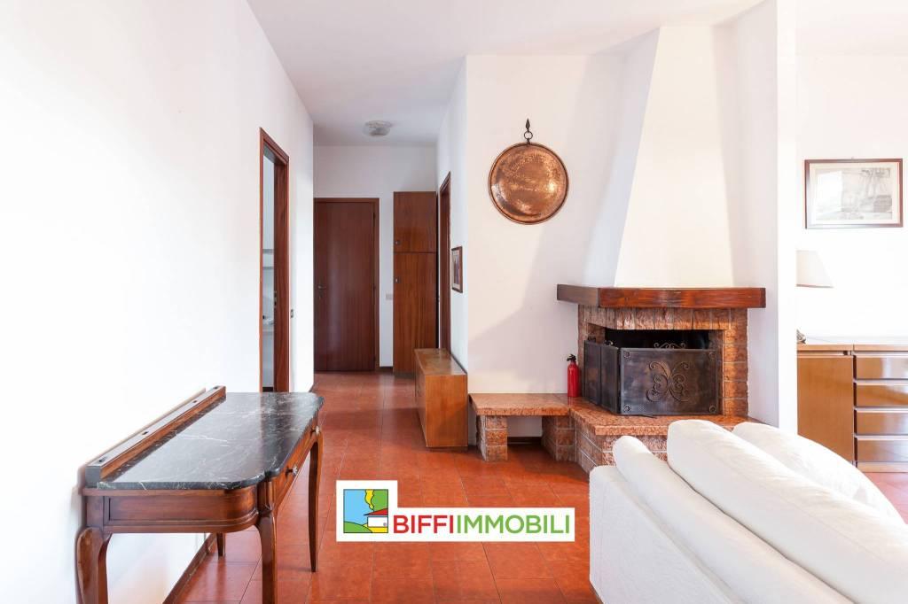 Appartamento in buone condizioni parzialmente arredato in affitto Rif. 9291621