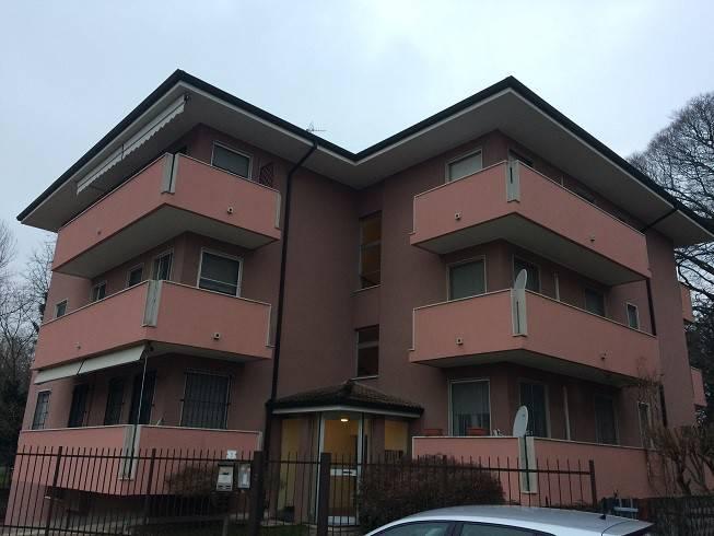 Appartamento in buone condizioni parzialmente arredato in affitto Rif. 9292304
