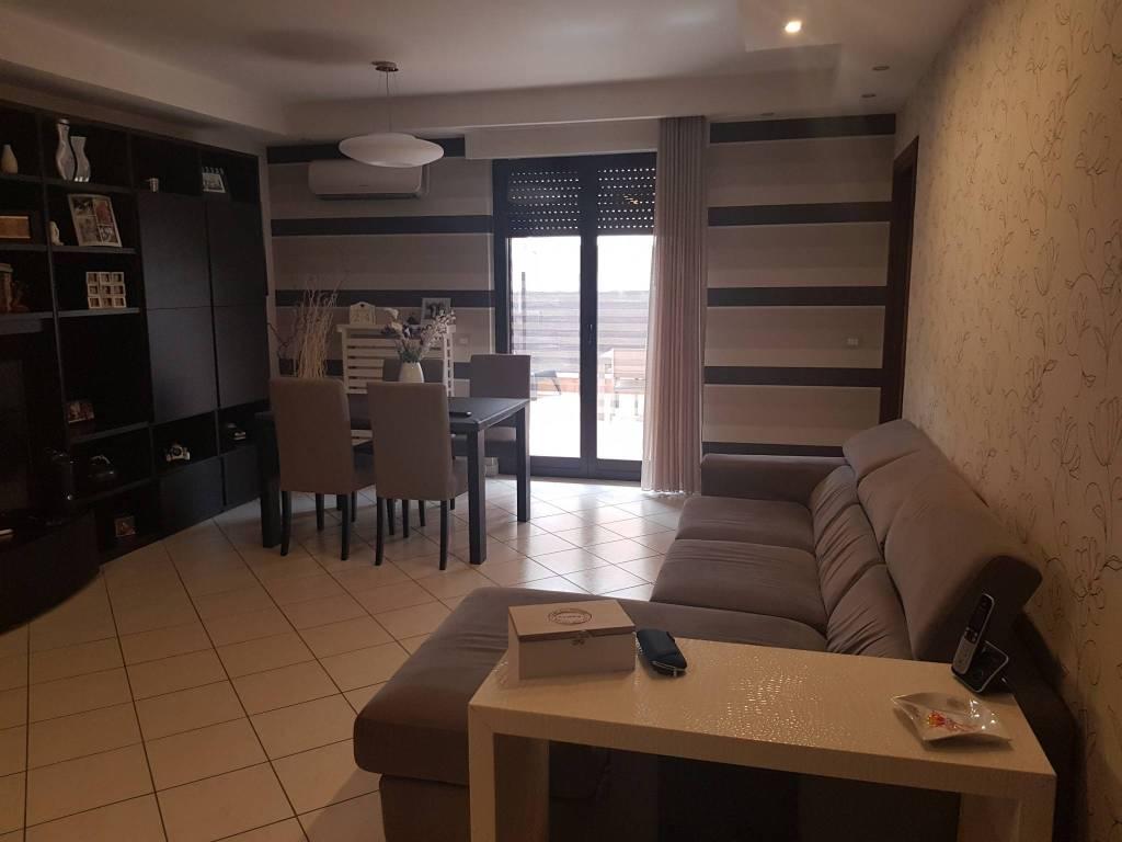 Appartamento in buone condizioni in vendita Rif. 9292345