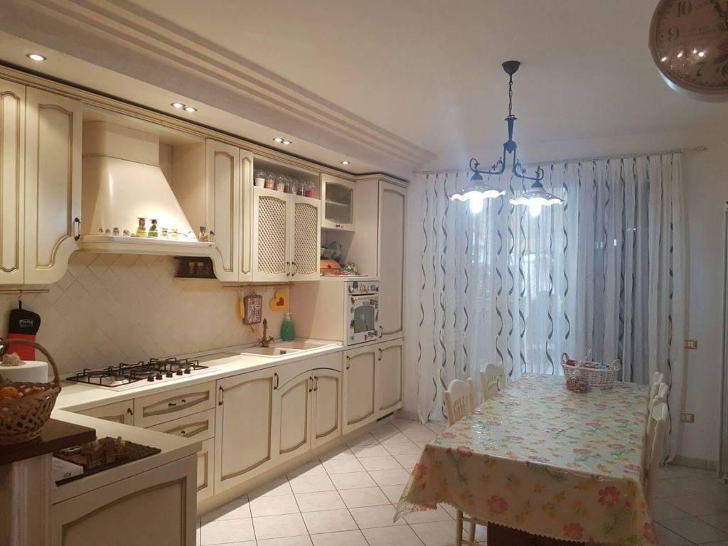 Appartamento in buone condizioni in vendita Rif. 9306132