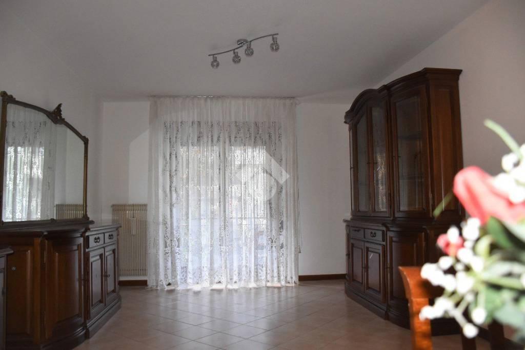 Appartamento in buone condizioni arredato in vendita Rif. 9304924