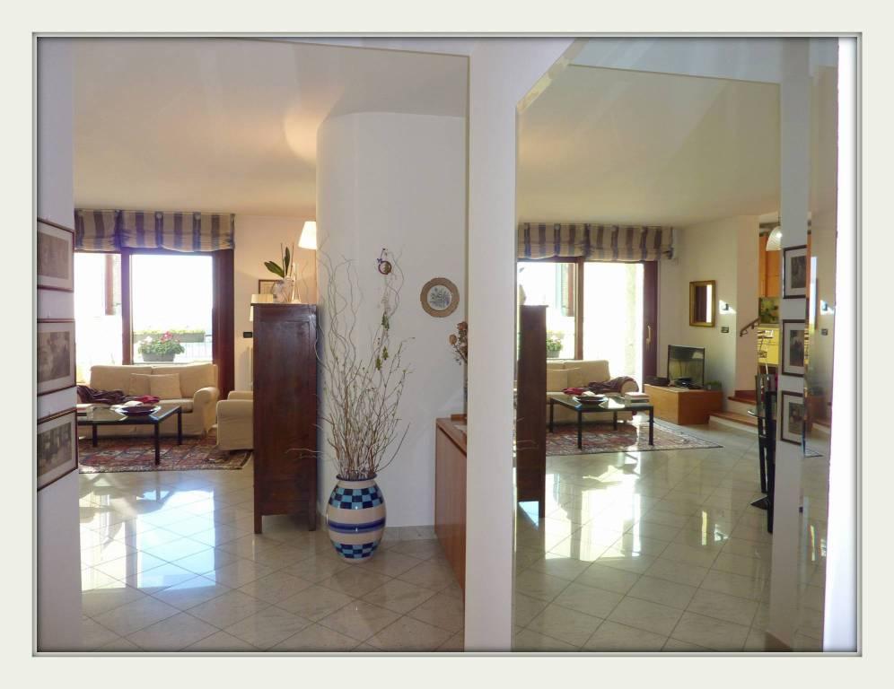 Appartamento in buone condizioni in vendita Rif. 9317494