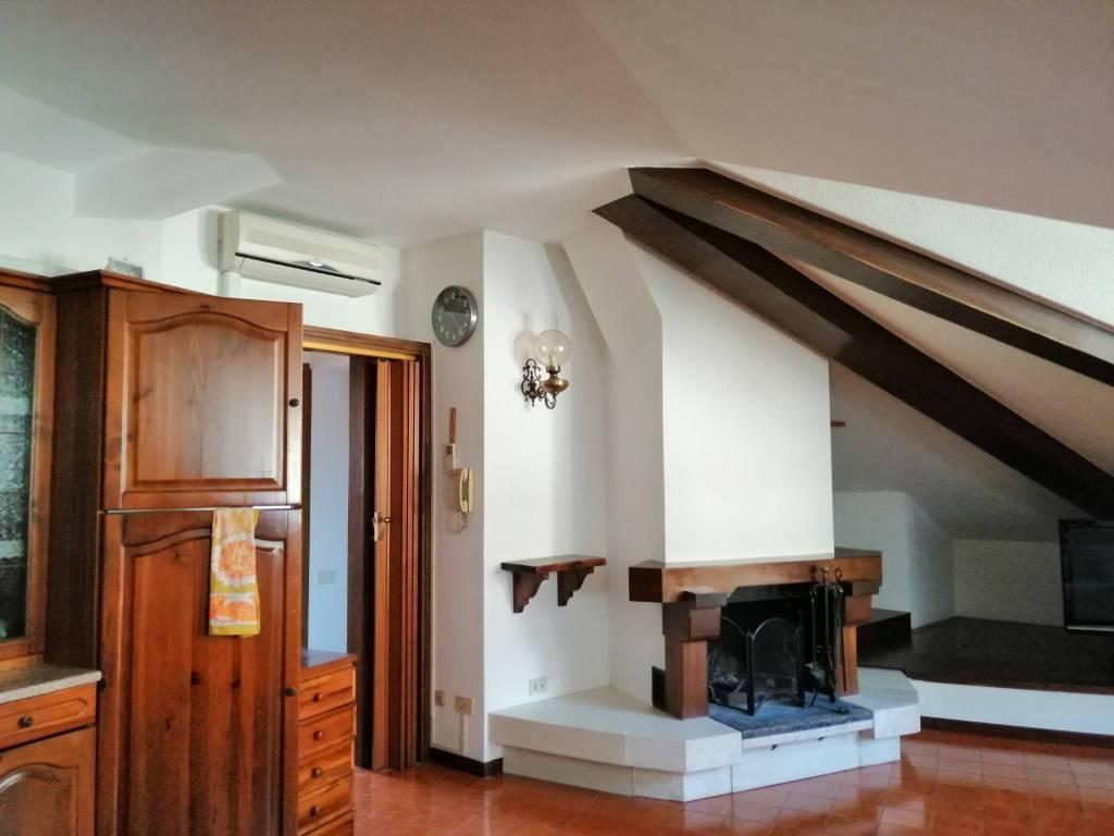 Appartamento in buone condizioni arredato in affitto Rif. 9318516