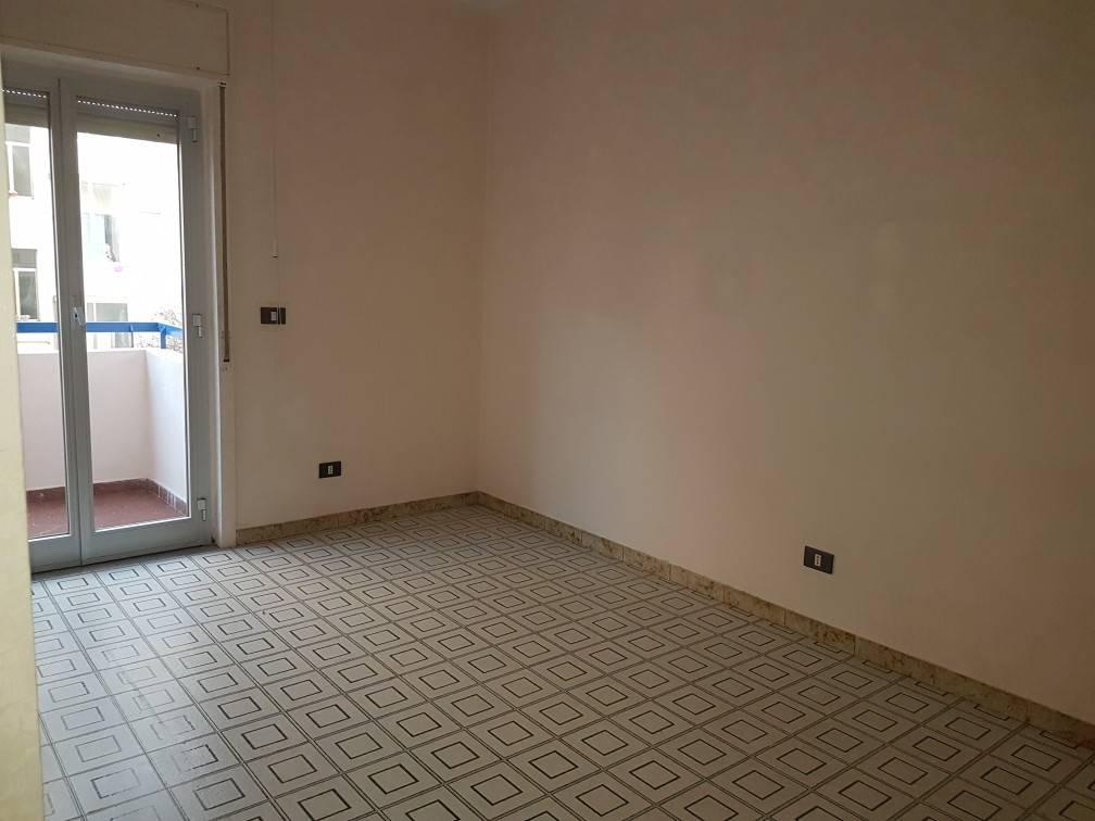 VIA F. DE ROBERTO – 1° piano, mq 120 ca, 4 vani + acc, buone condizioni, possibilità di garage. Eur