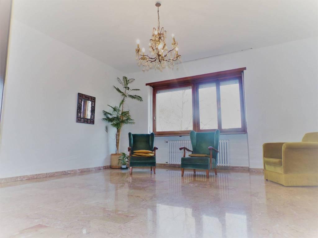 Appartamento in buone condizioni in vendita Rif. 9350971