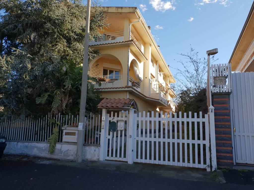 Appartamento in buone condizioni parzialmente arredato in affitto Rif. 9346248