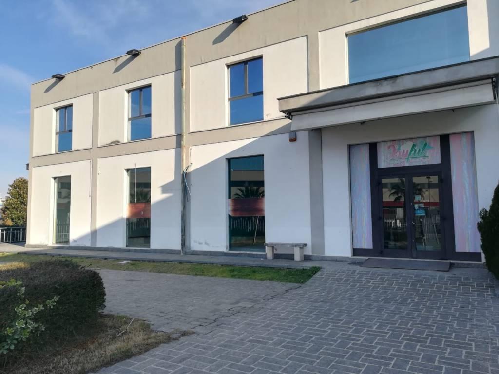 Affittiamo locale commerciale a Sambuceto. Rif. 8757017