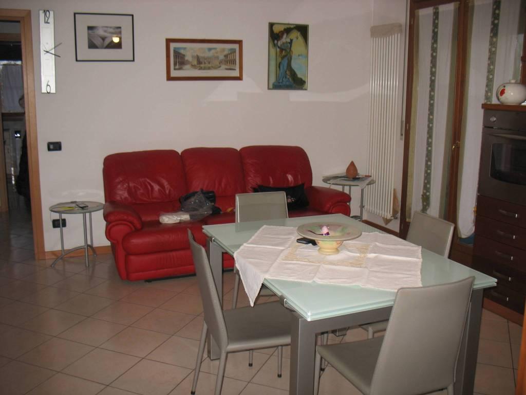 Appartamento in buone condizioni parzialmente arredato in vendita Rif. 7403696