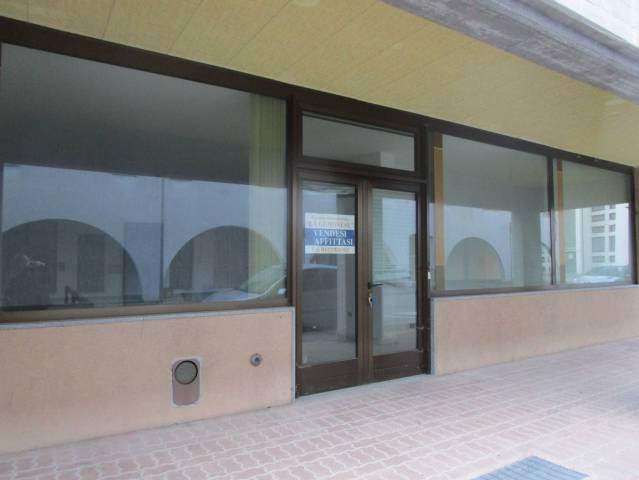 OSOPPO VENDESI locale commerciale vetrinato con magazzino... Rif. 4837582