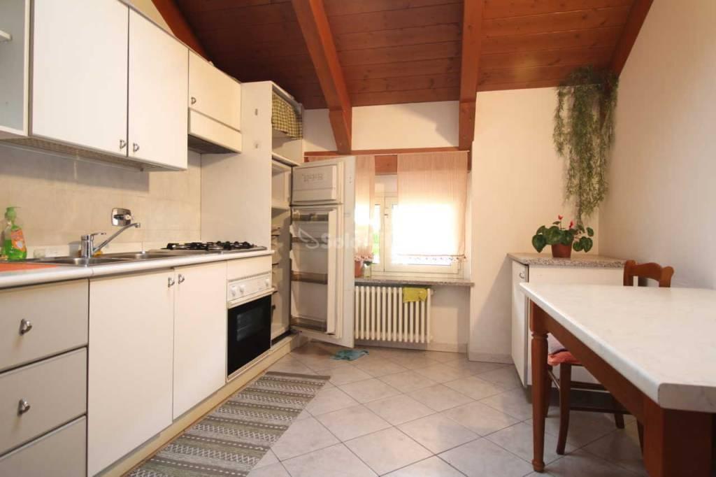Appartamento in buone condizioni arredato in affitto Rif. 9392198