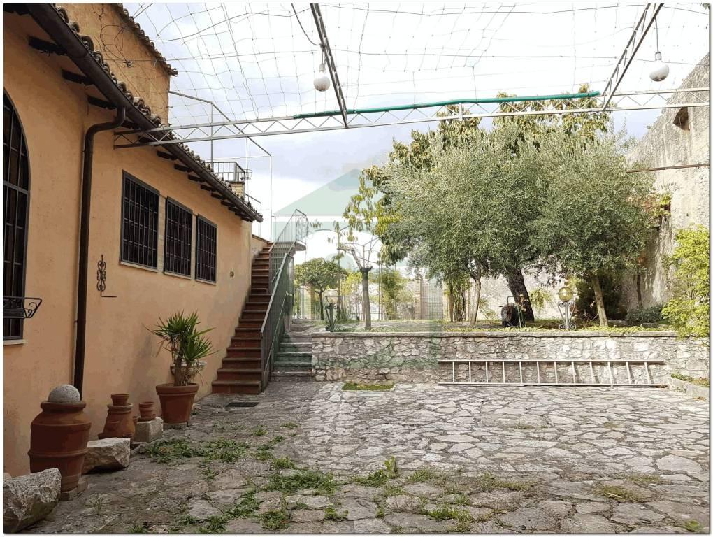 Casa indipendente quadrilocale in vendita a Trevi (PG)
