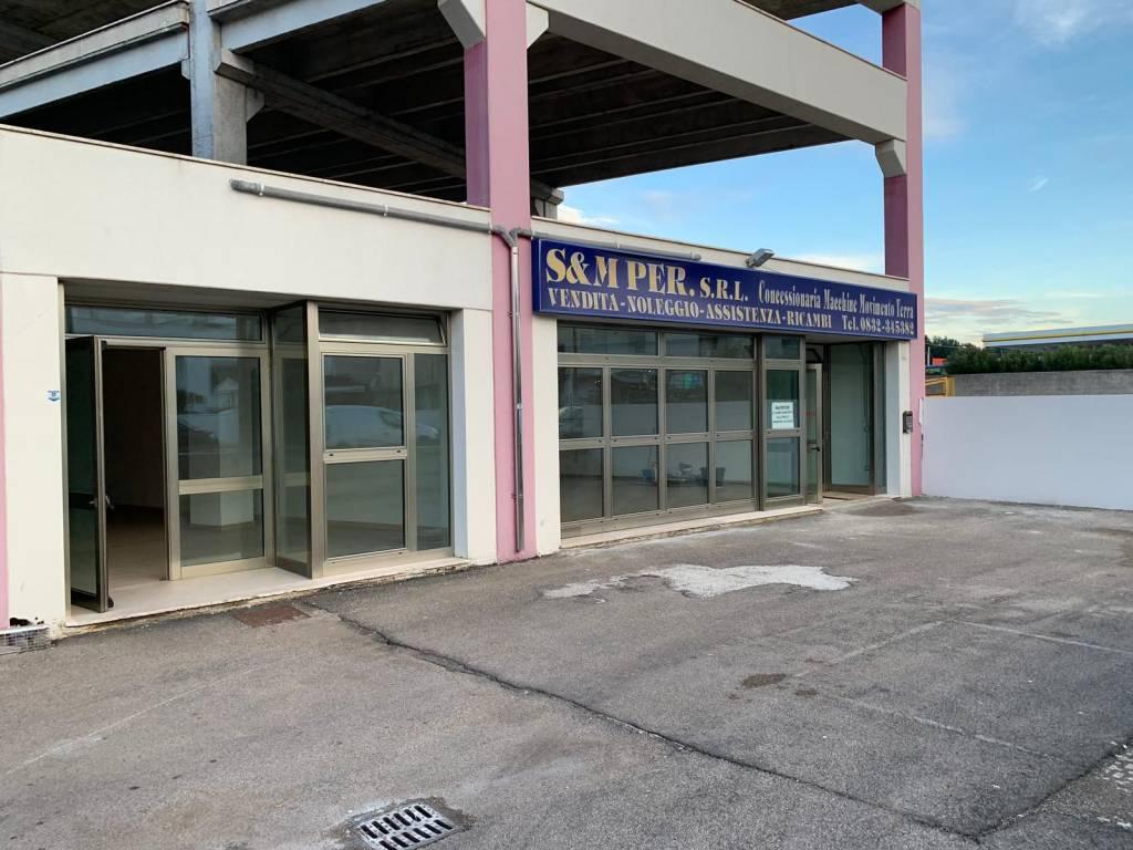 Negozio-locale in Affitto a Cavallino Centro: 3 locali, 430 mq