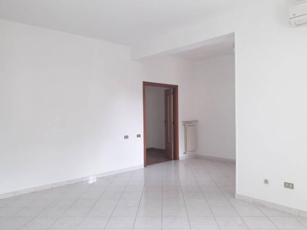 Appartamento in buone condizioni in affitto Rif. 8564930