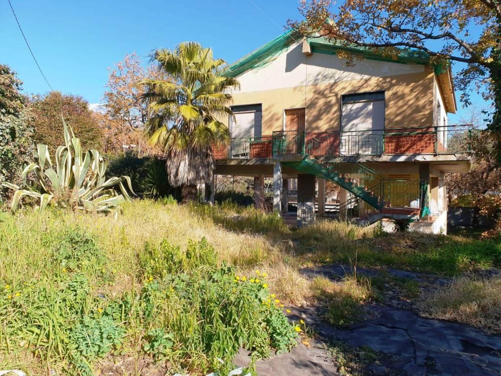 Pedara-Casa singola da ristrutturare + 1000 mq di giardino