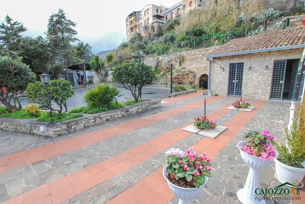 Negozio / Locale in vendita a Monreale, 6 locali, prezzo € 220.000   CambioCasa.it