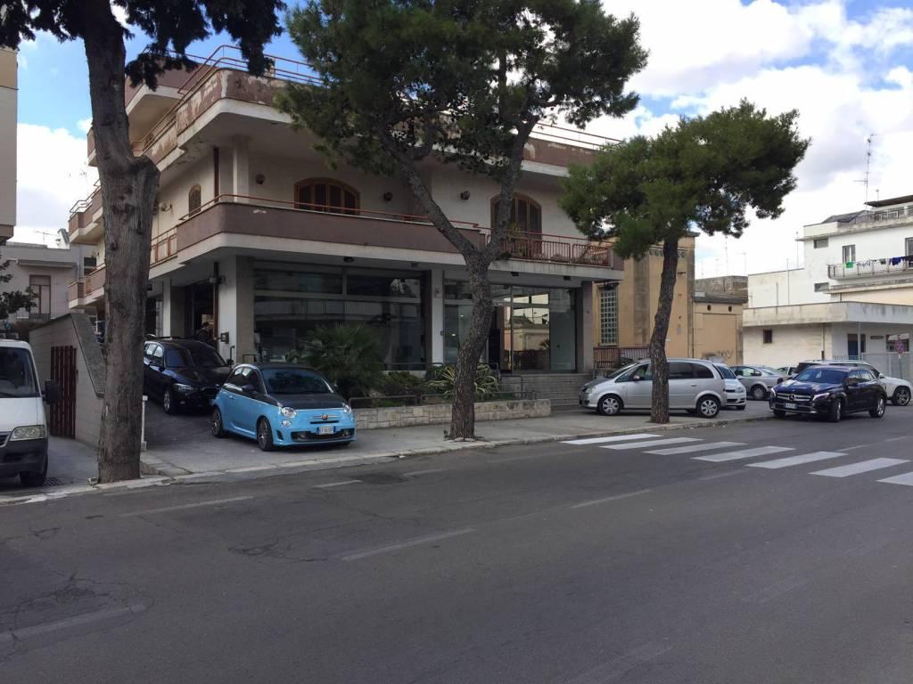 Negozio-locale in Affitto a Lecce: 2 locali, 200 mq