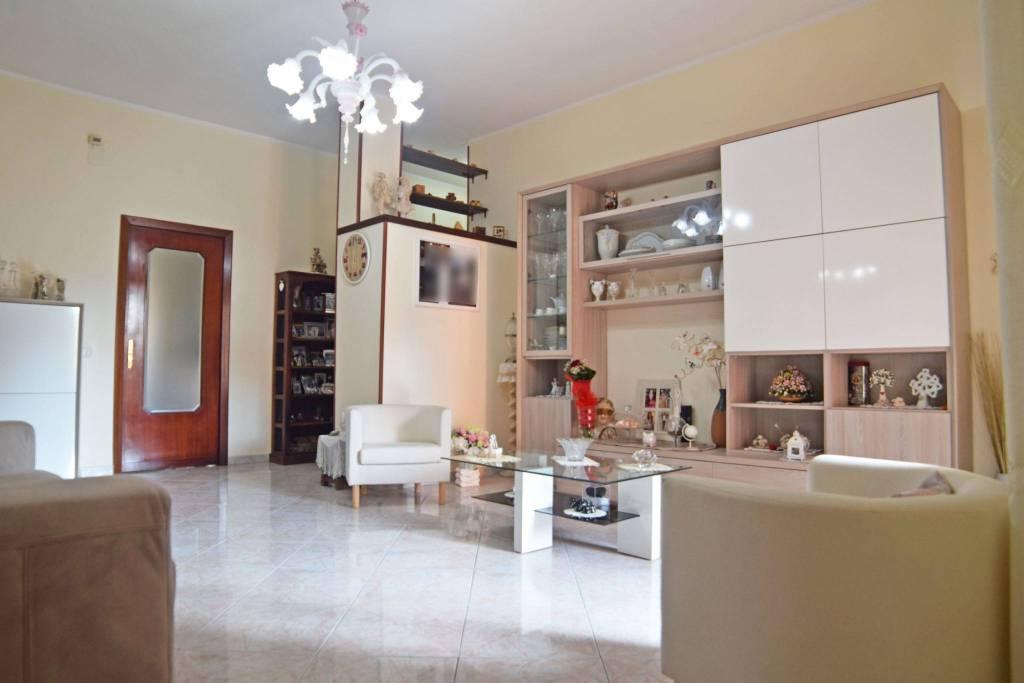 Appartamento in buone condizioni in vendita Rif. 9088659