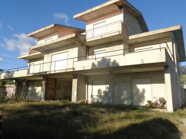 Palazzo / Stabile in vendita a Riace, 10 locali, prezzo € 180.000 | CambioCasa.it