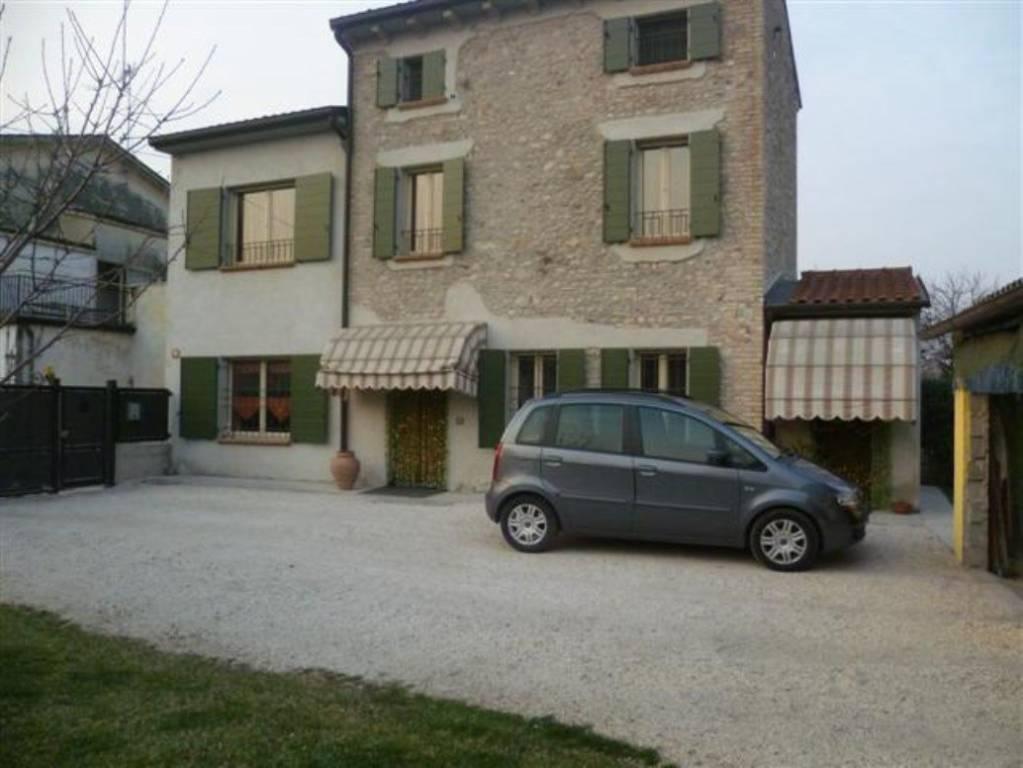 Villa in vendita a Volta Mantovana, 7 locali, prezzo € 240.000 | CambioCasa.it