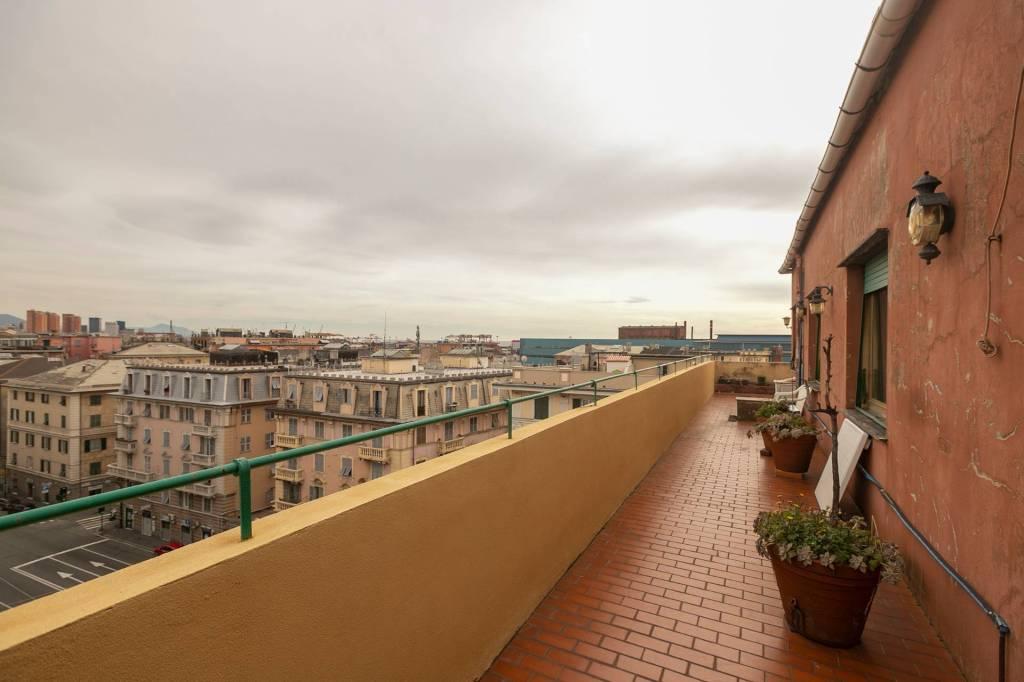 Foto 1 di Attico / Mansarda via Cornigliano, Genova (zona Cornigliano)