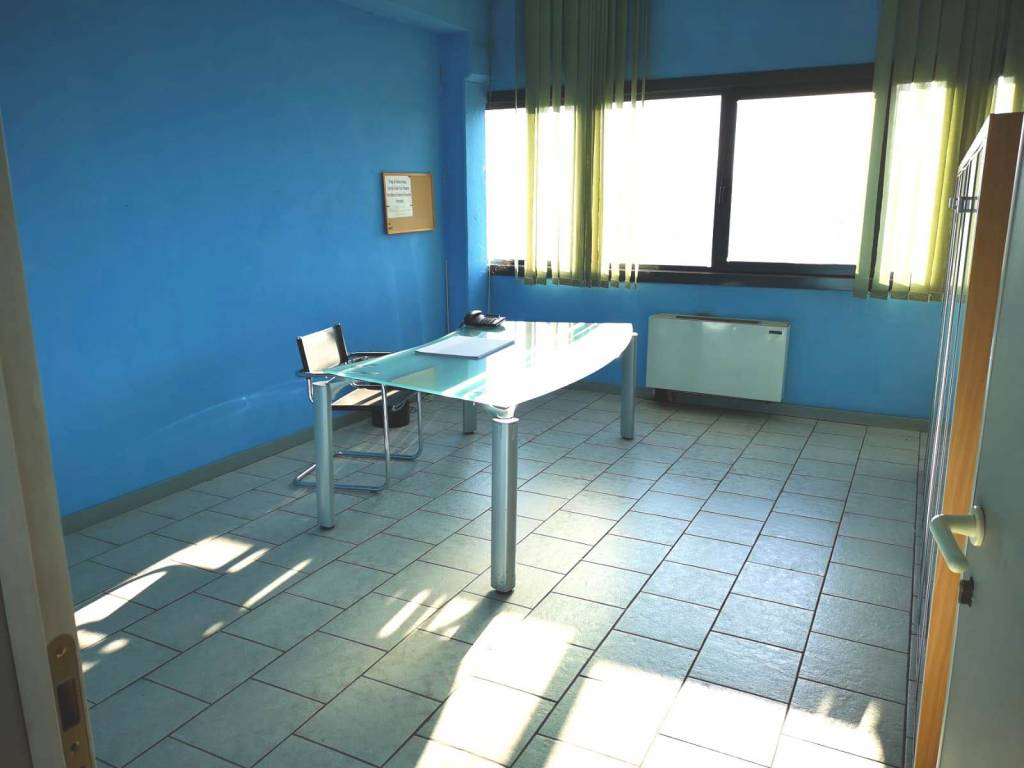 Capannone in affitto a Spoleto, 6 locali, prezzo € 4.000 | CambioCasa.it