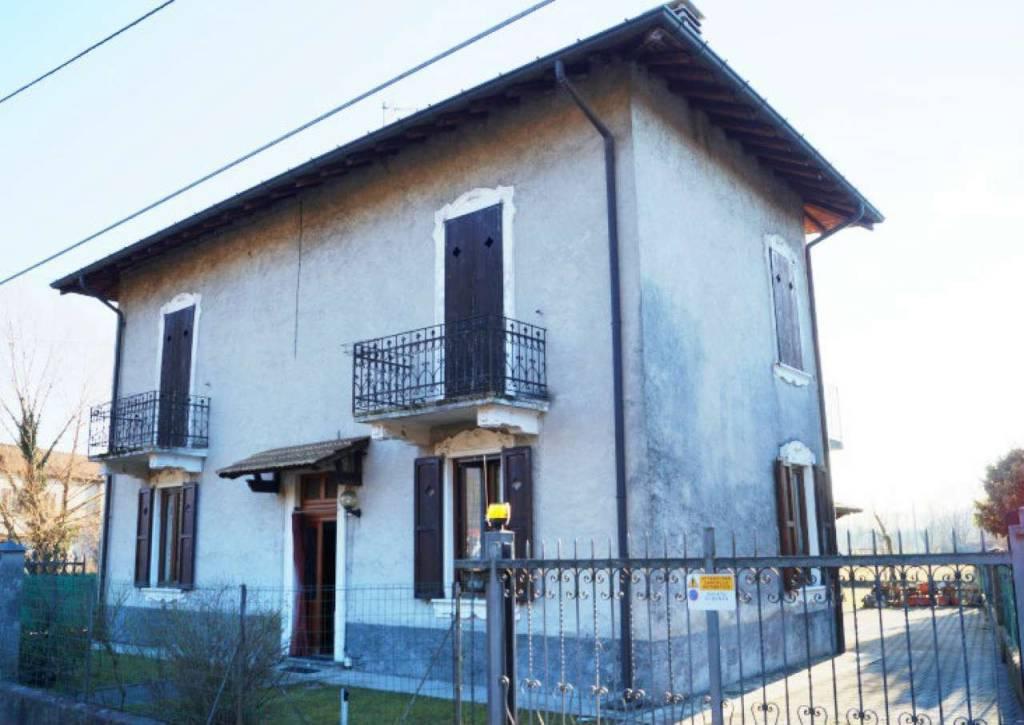 Villa in vendita a Sangiano, 7 locali, prezzo € 185.000   CambioCasa.it