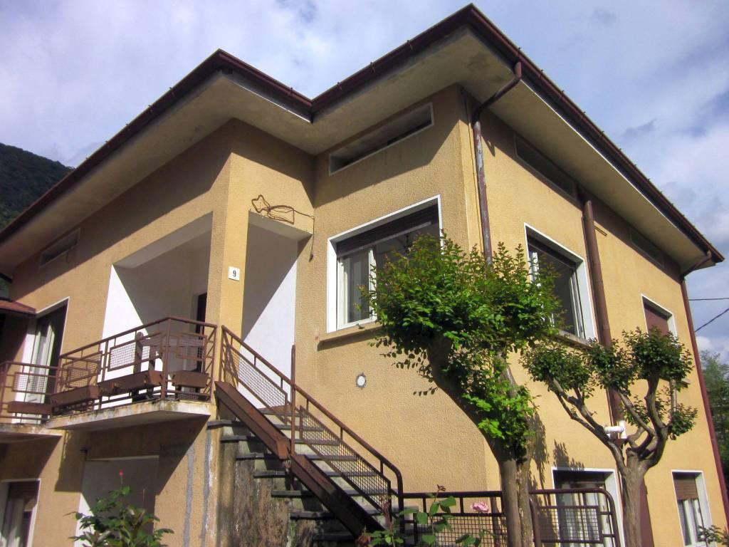 Appartamento in vendita a Laveno-Mombello, 6 locali, prezzo € 125.000   CambioCasa.it