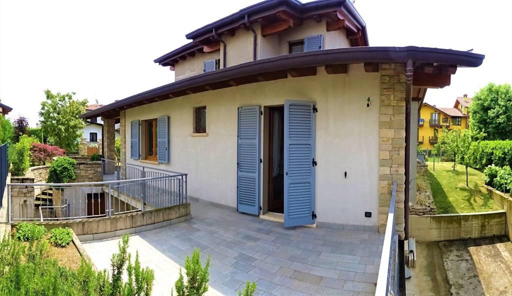 Immagine immobiliare Villa singola di recentissima costruzione RGA Immobiliare propone in una zona residenziale di Brembate Sopra una recentissima villa singola con 700mq di giardino. L'immobile è suddiviso su due livelli fuori terra e uno...
