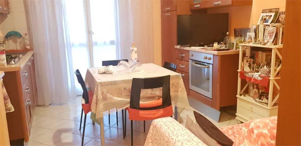 Immagine immobiliare Vendesi Grazioso Bilocale, anche per investimento Agenzia ABYTARE Torino Nord, propone in vendita appartamento completamente ristrutturato, in stabile edificato negli anni 50, sprovvisto di ascensore ma con una comoda scala. L'appartamento...