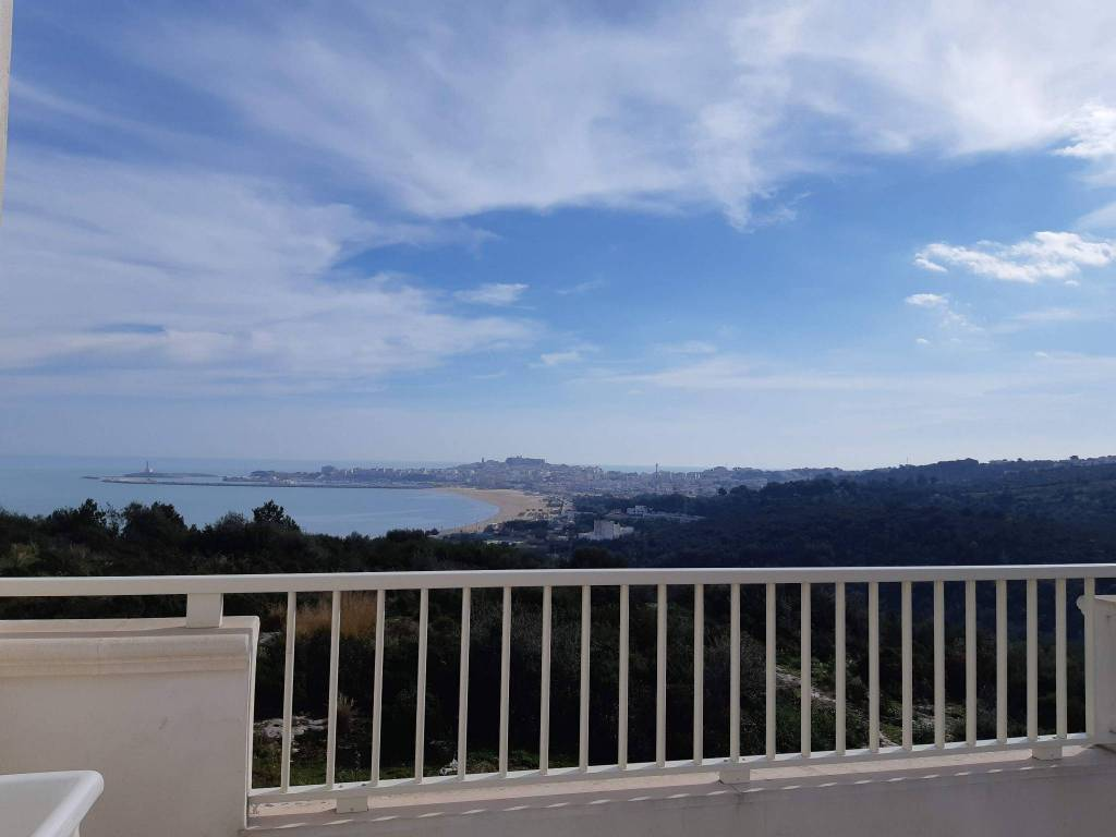 Attico con terrazzi, vista panoramica e sul mare