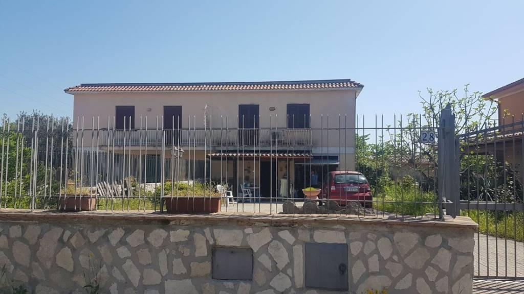 Villa in vendita a Anguillara Sabazia, 4 locali, prezzo € 205.000 | CambioCasa.it