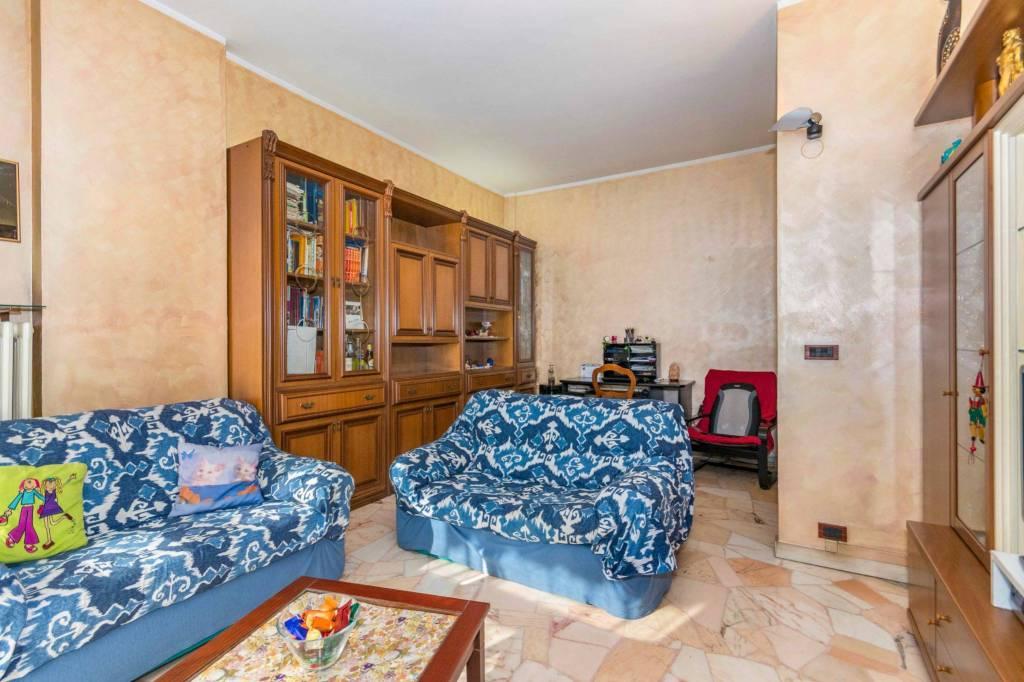 Immagine immobiliare VENDITA QUADRILOCALE Nella periferia Nord di Torino, precisamente in Piazza Conti di Rebaudengo n°19, in stabile degli anni '70 proponiamo in VENDITA ad un sesto piano con ascensore QUADRILOCALE composto da ingresso su disimpegno, due...