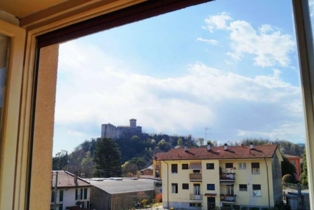 Appartamento in vendita a Angera, 4 locali, prezzo € 95.000 | CambioCasa.it