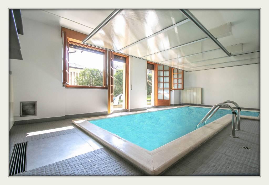 Villa in vendita a Vedano Olona, 8 locali, prezzo € 460.000 | CambioCasa.it