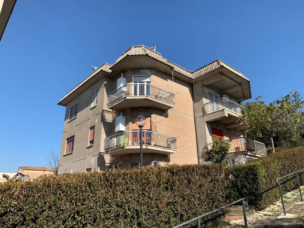 Appartamento in buone condizioni in vendita Rif. 8355768