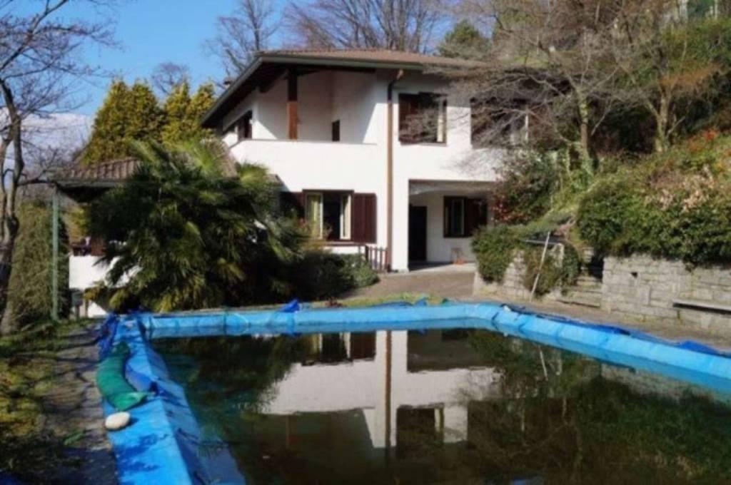 Villa in vendita a Ranco, 5 locali, Trattative riservate   CambioCasa.it