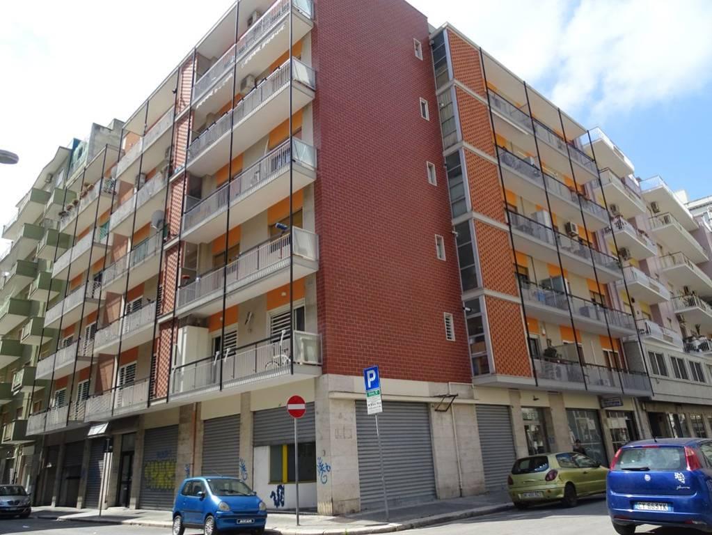Negozio-locale in Affitto a Bari Semicentro Est: 1 locali, 80 mq