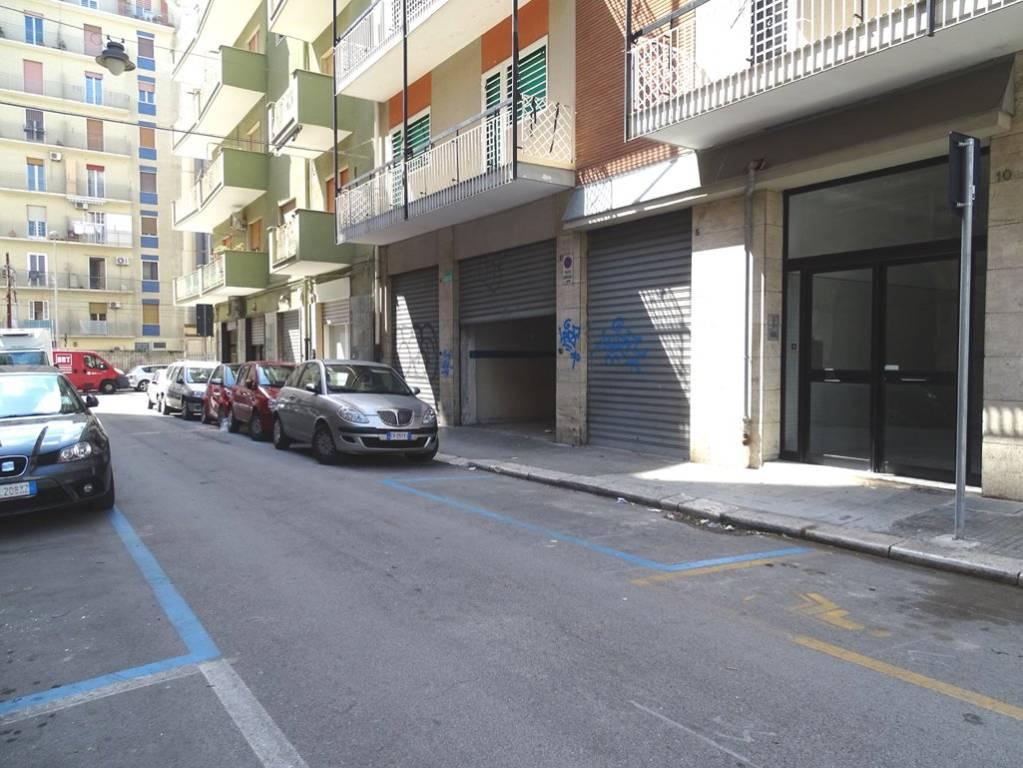 Negozio-locale in Affitto a Bari Semicentro Est: 3 locali, 215 mq