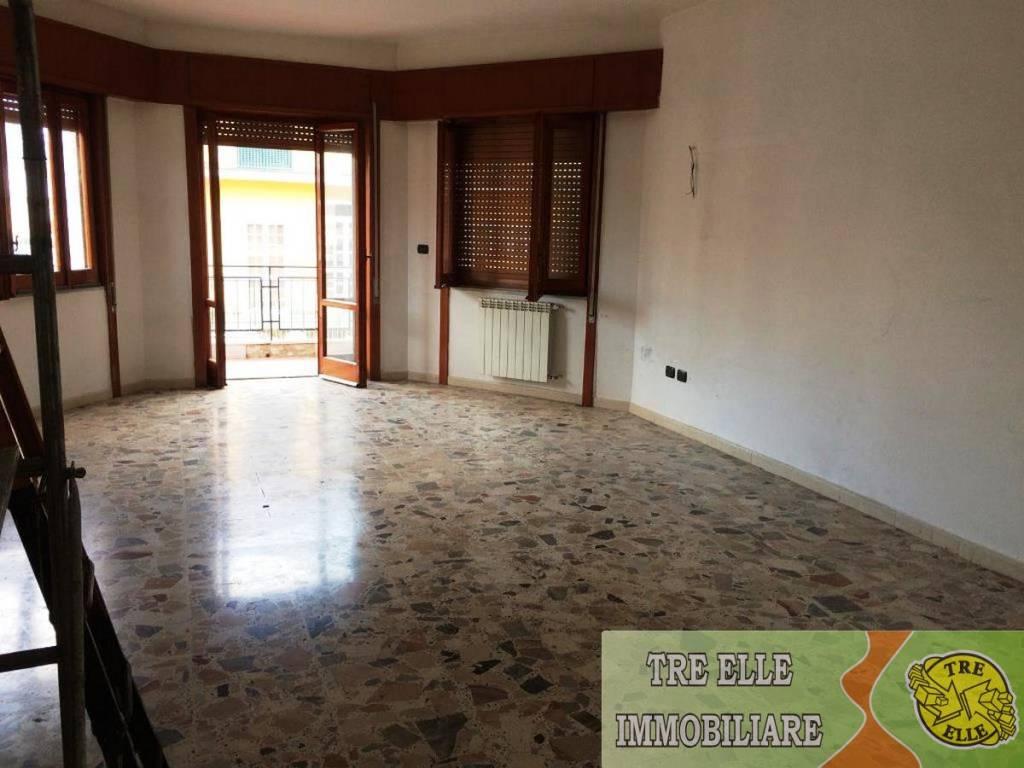 Appartamento in buone condizioni in affitto Rif. 8328060