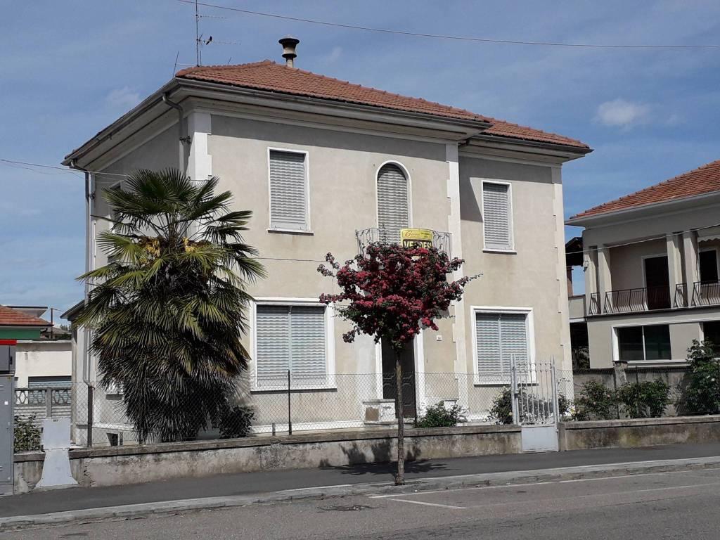 Villa in vendita a Santhià, 6 locali, Trattative riservate | CambioCasa.it