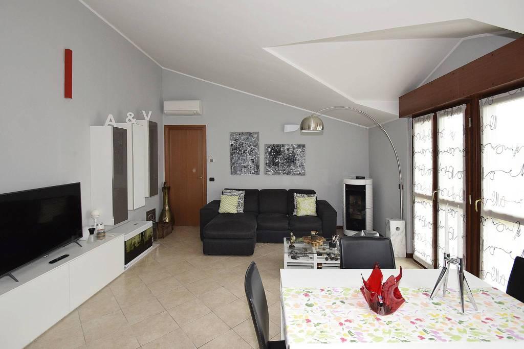 Appartamento in ottime condizioni parzialmente arredato in vendita Rif. 8469076