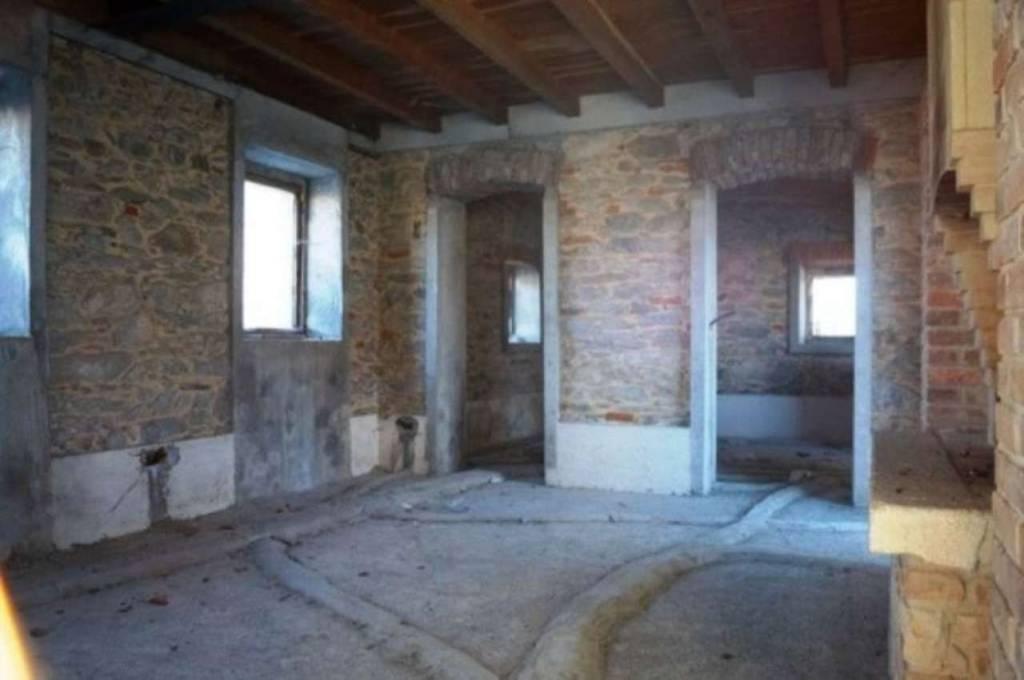 Rustico / Casale in vendita a Angera, 6 locali, prezzo € 190.000 | CambioCasa.it