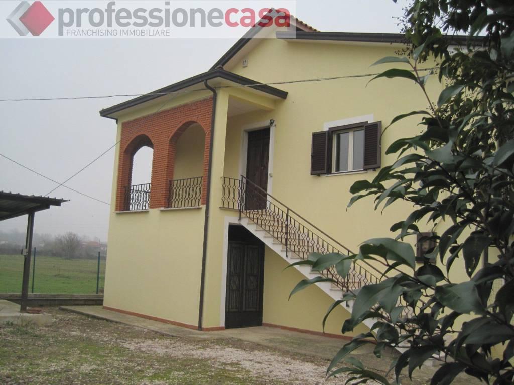 Villa in vendita a Piedimonte San Germano, 8 locali, prezzo € 125.000 | CambioCasa.it