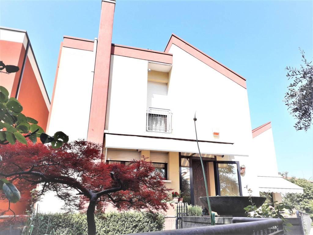 Villa in buone condizioni arredato in vendita Rif. 9421755