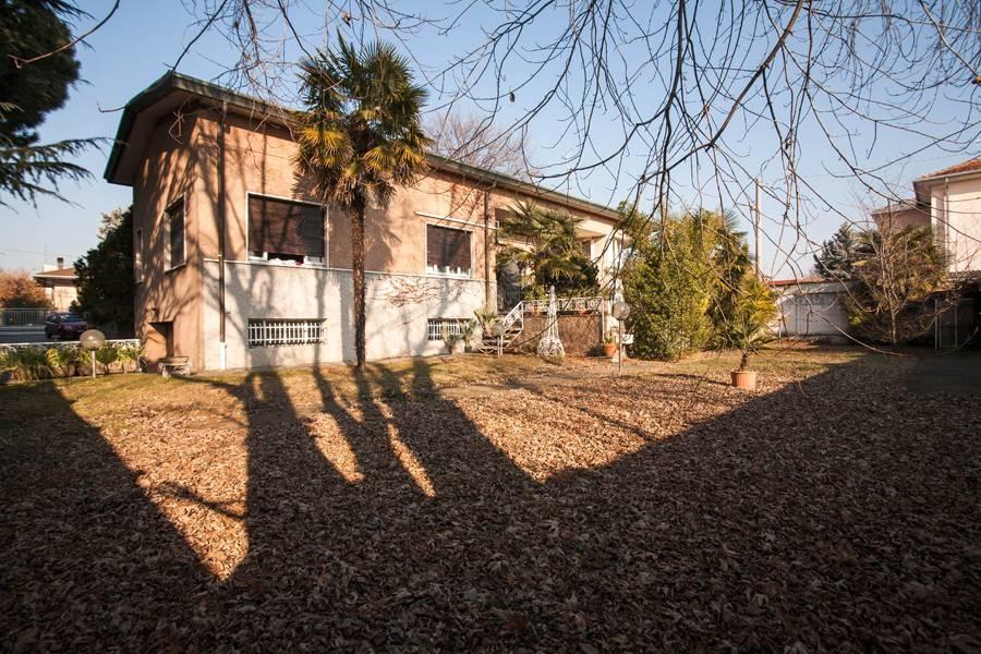 Villa in vendita a Fagnano Olona, 7 locali, prezzo € 540.000 | PortaleAgenzieImmobiliari.it