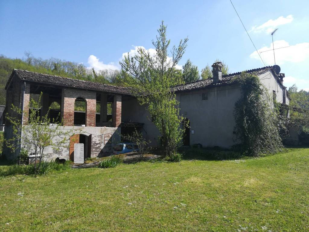 Rustico in Vendita a Lugagnano Val D'Arda: 5 locali, 318 mq